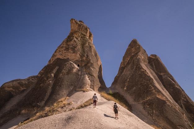 Adembenemend uitzicht op de kegelvormige rotsen in cappadocië, gevangen in turkije