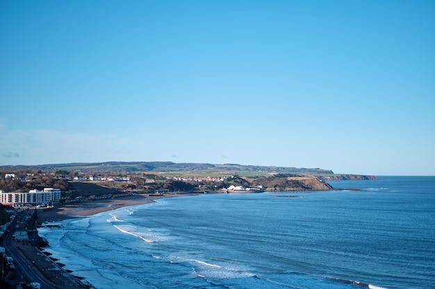 Adembenemend uitzicht op de kuststraat en een strakblauwe lucht