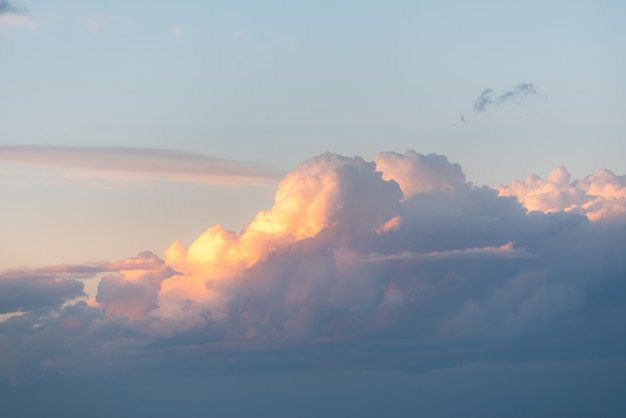Adembenemend uitzicht op de wolken aan de ochtendhemel