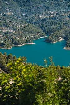 Adembenemend uitzicht op het stuwmeer guadalest met azuurblauw water in spanje