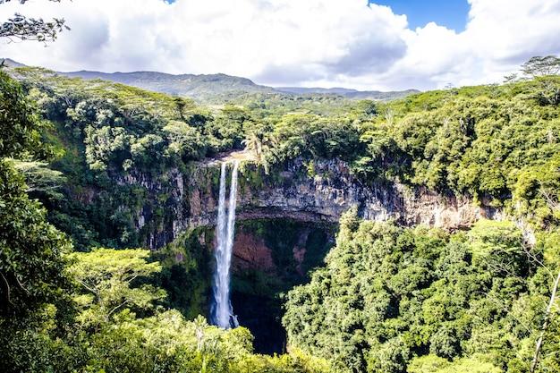 Adembenemende hoge hoek opname van de chamarel waterval in mauritius