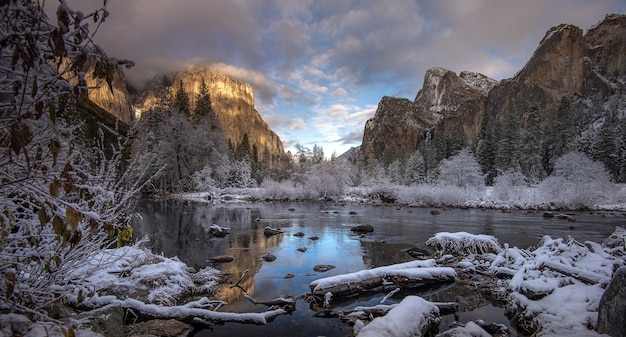 Adembenemende ochtend in de winter in valley view yosemite national park