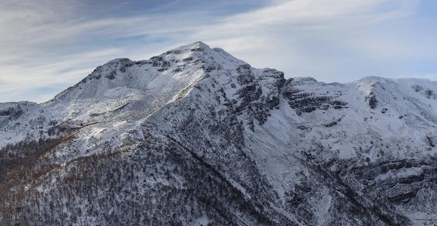 Adembenemende opname van de ancares-bergen bedekt met sneeuw die glinstert onder de blauwe lucht