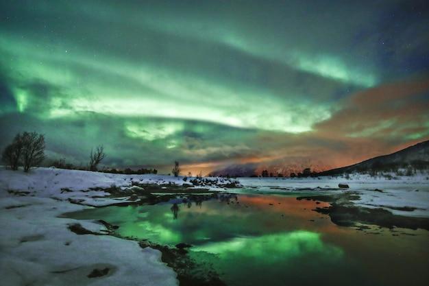 Adembenemende opname van de lucht die weerkaatst in het meer met zijn unieke kleuren in lofoten, noorwegen