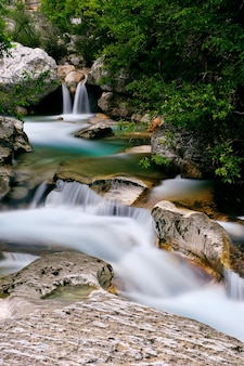 Adembenemende opname van de saut du loup-watervallen, vastgelegd in frankrijk