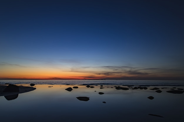Adembenemende opname van de spiegelachtige zee die de schoonheid van de lucht weerspiegelt in lofoten, noorwegen