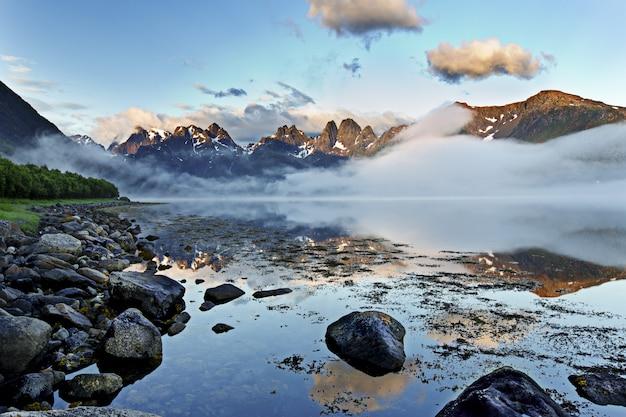 Adembenemende opname van de spiegelachtige zee die de schoonheid van de lucht weerspiegelt op de lofoten, noorwegen