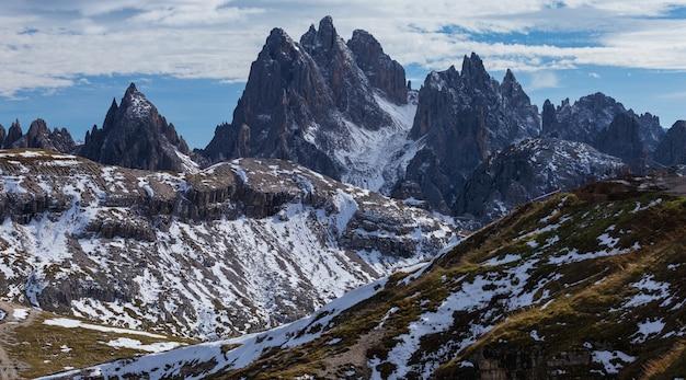 Adembenemende opname van de vroege ochtend in de italiaanse alpen
