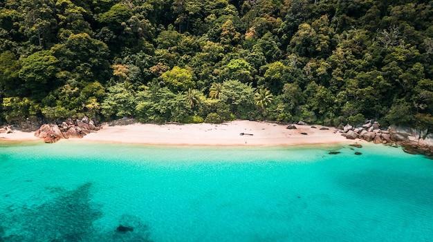 Adembenemende opname van een tropische kustlijn op een rustige zonnige dag