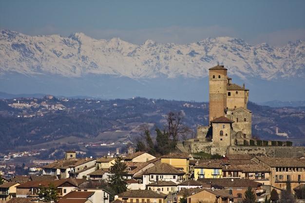 Adembenemende opname van het stadsbeeld met de achtergrond van de met sneeuw bedekte bergen