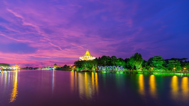 Adembenemende zonsondergang in kuching, maleis borneo