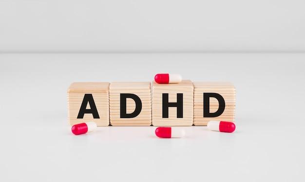 Adhd-woord over houten kubussen, medische conceptenmuur.