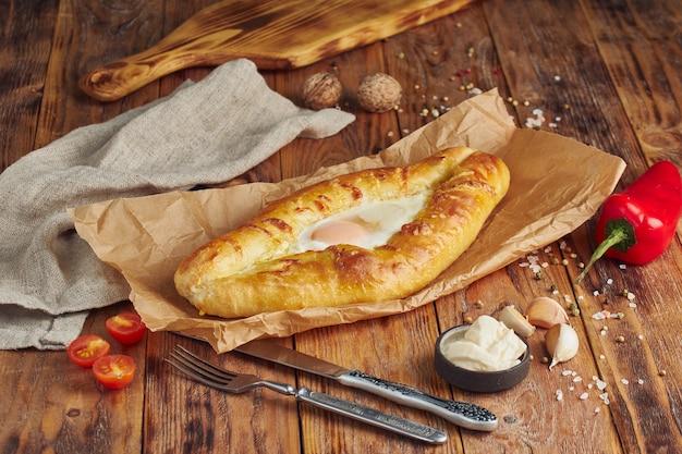 "Adjarian khachapuri ã ¢ â € â ""georgisch kaasbrood. gebakken open taart met kaas- en eigeelvulling."