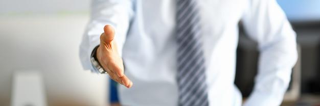 Administratieve arbeider die zijn respect toont door handdruk aan te bieden