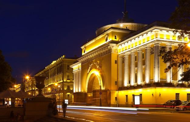 Admiralty embankment in de nacht
