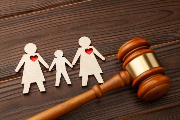 Adoptie van kind door koppel van hetzelfde geslacht rechter hamer en figuren van twee lesbische meisjeskinderen houden elkaars hand vast