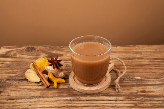 Adrak chai traditionele indiase gemberthee