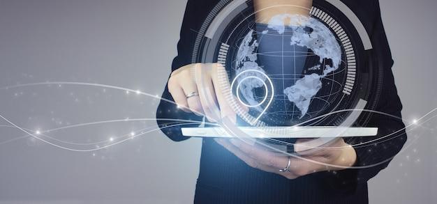 Adres locatie concept. witte tablet in zakenvrouw hand met digitale hologram planeet en locatiemarkering teken op grijze achtergrond. kaart en innovatieconcept.