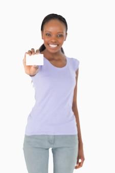 Adreskaartje dat door vrouw op witte achtergrond wordt voorgesteld