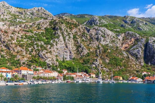 Adriatische kust in de baai van kotor, montenegro.