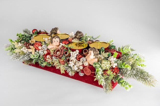 Advent compositie met kaarsen, tafel handgemaakte arrangement mini decoratie voor nieuwjaar, kunstmatige kerstboom interieurdecoratie