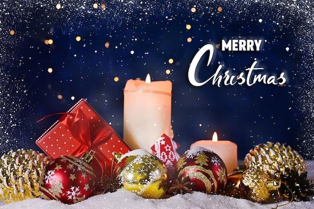 Advent-kerstsamenstelling van rode en gouden balkaarsen kerst- of nieuwjaarsbanner