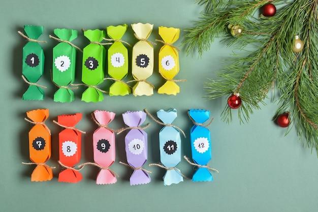 Adventskalender bestaande uit gekleurde snoepjes. kinderambachten voor het nieuwe jaar. geschenkverpakking, verrassing.