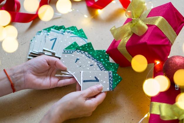 Adventskalender close-up, selectieve aandacht. familieplezier en kersttradities. kerstmis en nieuwjaar sfeer concept.