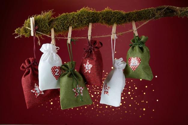 Adventskalender met verrassing voor kerstmis op rode achtergrond