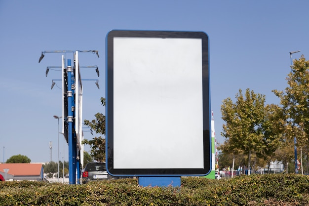 Advertentie billboard in de hedge