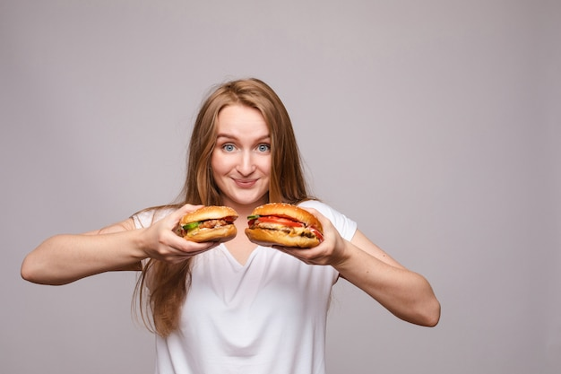 Advertentie van twee hamburgers met sappige kip en salade.