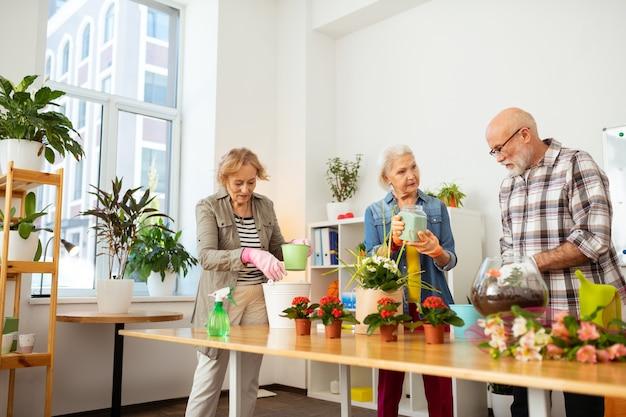 Advies delen. aardige ouderen praten over tuinieren terwijl ze samenwerken in team