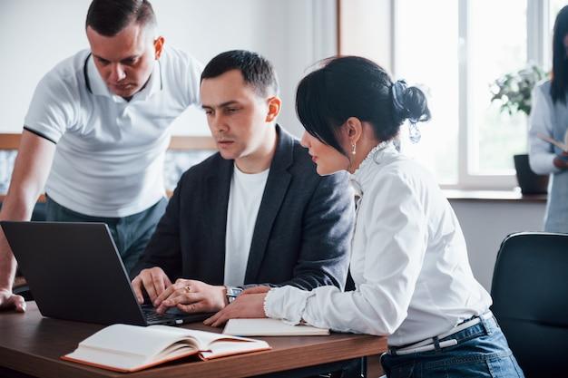 Advies geven. mensen uit het bedrijfsleven en manager werken aan hun nieuwe project in de klas