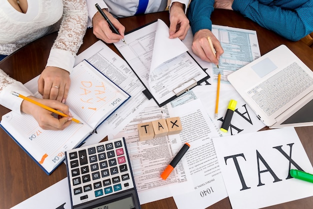 Adviseurs helpen bij het invullen van het 1040-formulier, teamwerk op kantoor