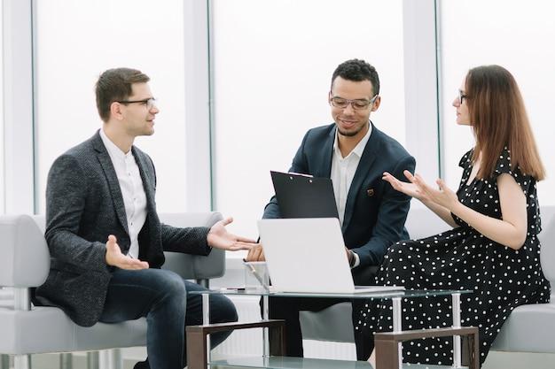 Advocaat bespreekt de voorwaarden van het contract met het jonge stel. concept van samenwerking