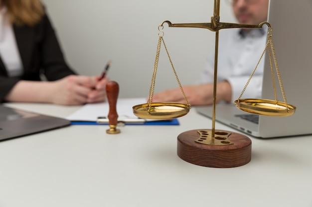 Advocaat consulting en help concept. mensen praten over juridische deals.