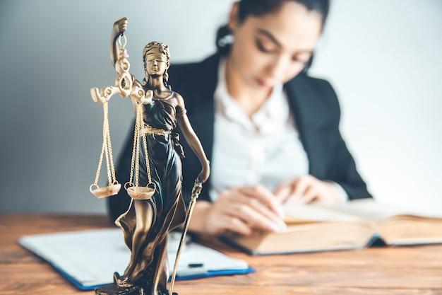 Advocaat die de wet bestudeert