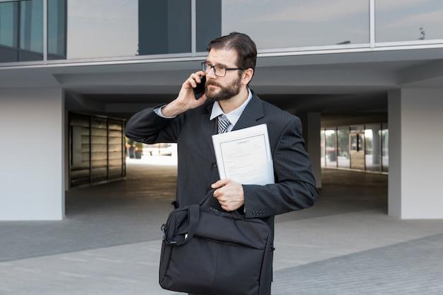 Advocaat die met aktentas spreekt