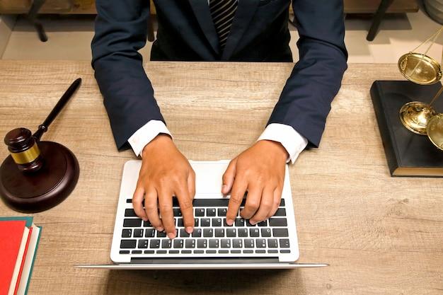 Advocaat die op het kantoor werkt