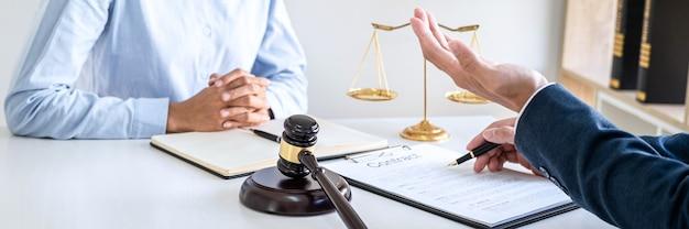 Advocaat en professionele zakenvrouw werken en discussie hebben bij advocatenkantoor in functie