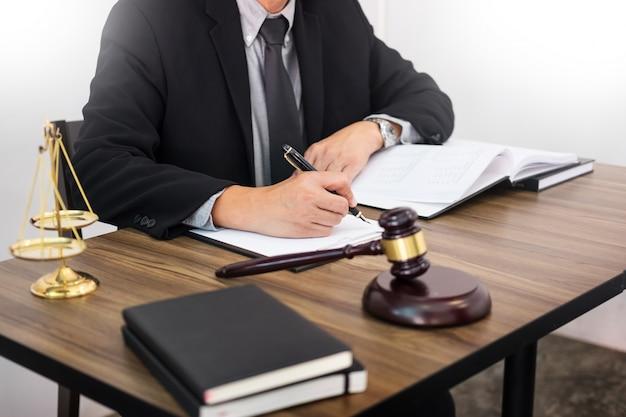 Advocaat hand schrijft het document voor de rechtbank