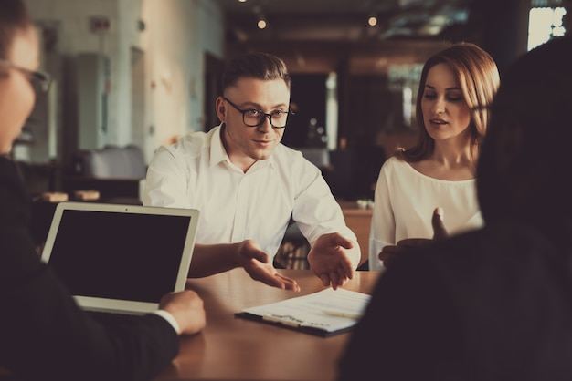 Advocaat help mensen met contractvoorwaarden