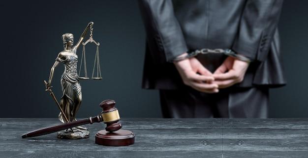 Advocaat in de buurt van scales of justice en houten hamer