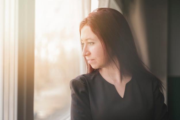 Advocaat kijkt door het raam