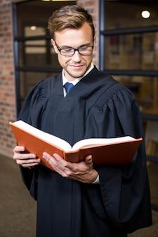 Advocaat lezen wet boek in de buurt van bibliotheek in kantoor
