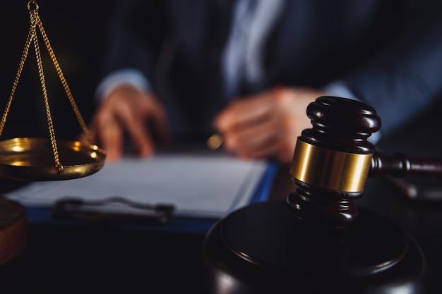 Advocaat met cliënt die overeenkomst sluit. vergadering afronden.