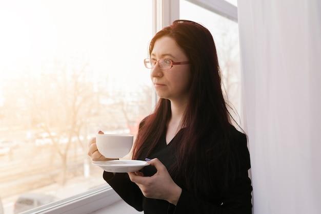 Advocaat met een kopje koffie