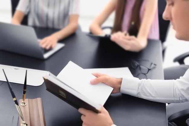 Advocaat met vergadering in kantoor
