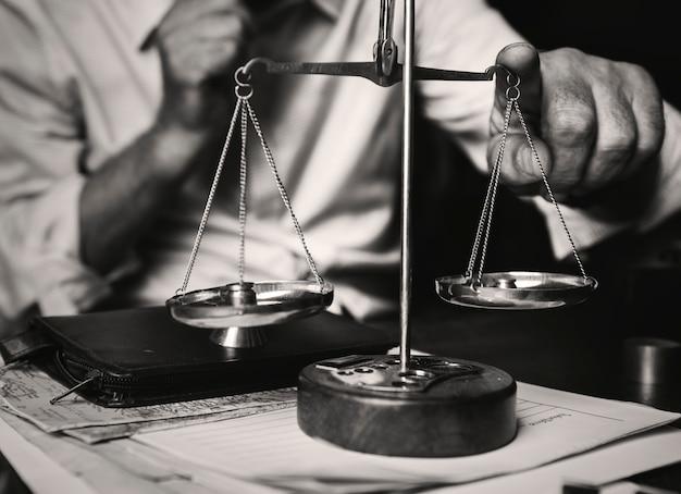 Advocaat met weegschaal op tafel