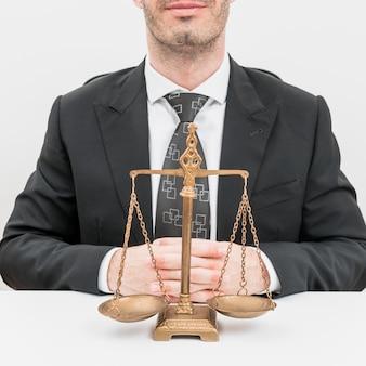 Advocaat met weegschalen